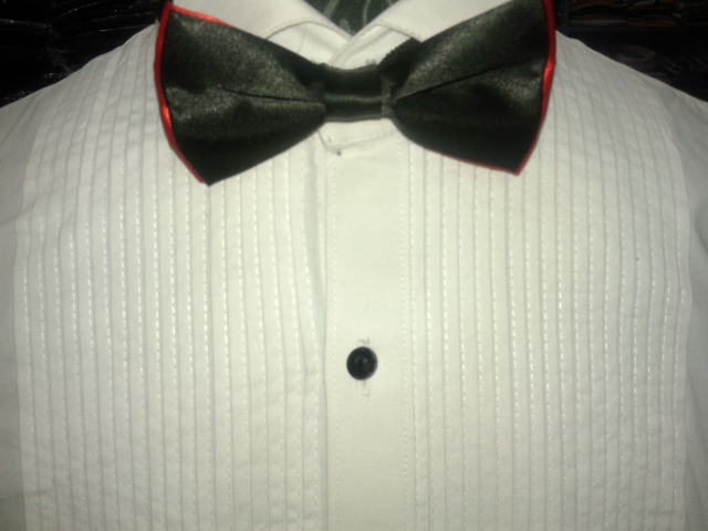 Is it possible to wear a bow tie on a normal shirt? Is it appropriate to wear a white bow tie with a regular suit, or with morning dress? When wearing a suit without a tie, should I wear a belt? Can I wear a regular tie on a tuxedo instead of a bow tie? Ask New Question.