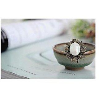 Vintage and Royal imitation pearl adjustable ring. Royal look!