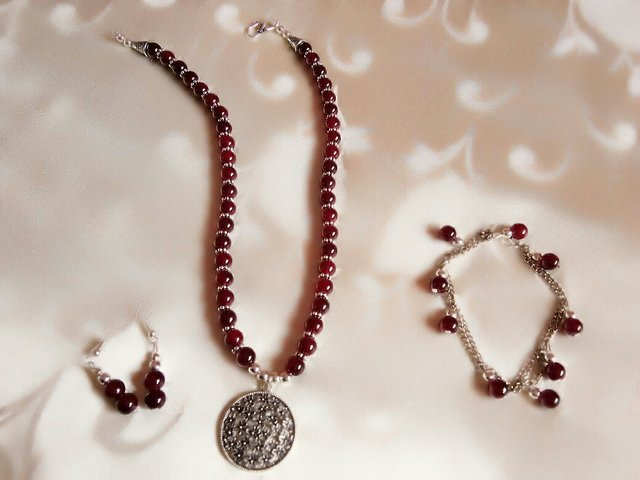 13129238c3e3f maroon glass beads necklace set